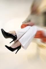 Frau zeigt Schuhe