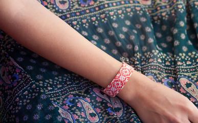 Плетеный браслет на руке