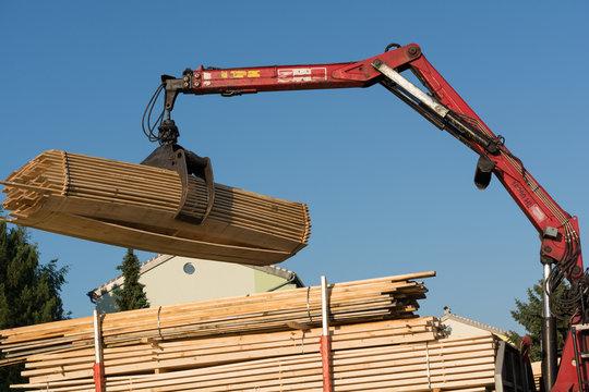 Bauholz wird von LKW abgeladen