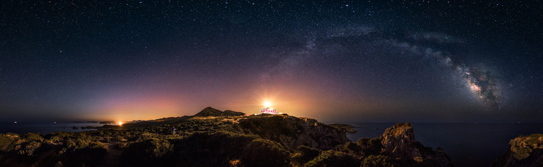 Photo sur Plexiglas Noir 360° rectilinear panoramic view of starry night with milky way arc and lighthouse of Capo Spartivento