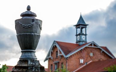 Skulptur einer Vase vor der Römerhalle in Bad Kreuznach