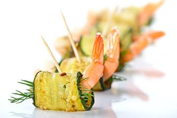 Poster Buffet, Bar Zucchini-Garnelen-Röllchen mit frischem Dill