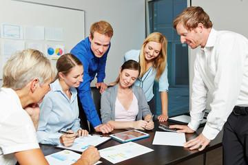 Geschäftsleute arbeiten mit Tablet PC im Start-Up