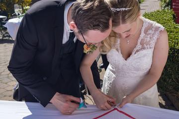 Brautpaar schneidet Herz aus