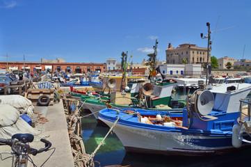 Fotobehang Mediterraans Europa Favignana, il porto e le imbarcazioni dei pescatori ancorate al molo