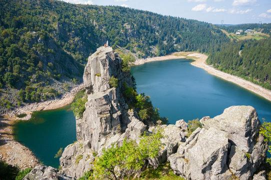 Magnifique rocher Hans surplombant le Lac Blanc dans les Vosges alsaciennes