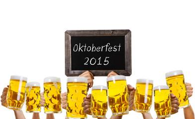 oktoberfest bierkrüge hände