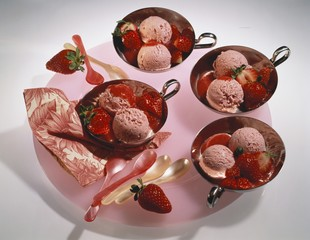 Strawberry Icecream with fresh Strawberries & Sauce