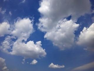 Фото облаков в яркий солнечный день летом