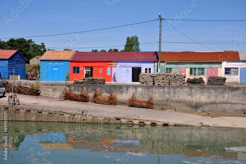 Cabanes color es sur le petit port de saint trojan les for Hotel des bains oleron