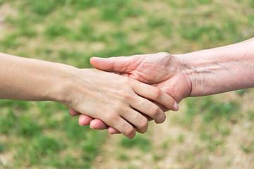 Handschlag zwischen Jung und Alt