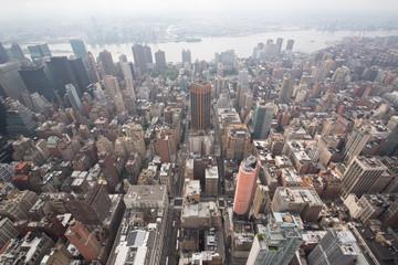 panorami della città di new york con strade e grattacieli al tramonto