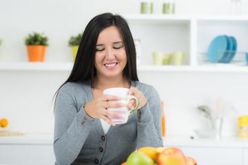 frau trinkt in der küche kaffee
