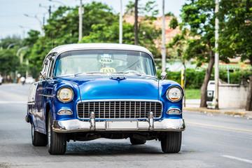 Garden Poster Cars from Cuba Auf der Strasse fahrender amerikanischer Oldtimer in Varadero Kuba