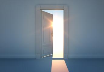 Offene Tür mit Sonnenlicht