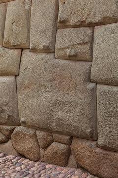 Pietra Inca con dodici lati nella via Hatun Rumiyoc di Cuzco . Peru