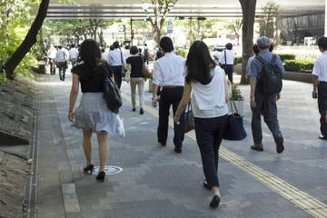 通勤 日本最大級の新宿ビジネス街を歩く人々