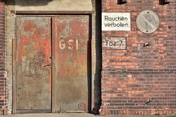 alte rostige Tür an einem verlassenen Industriegebäude in Magdeburg