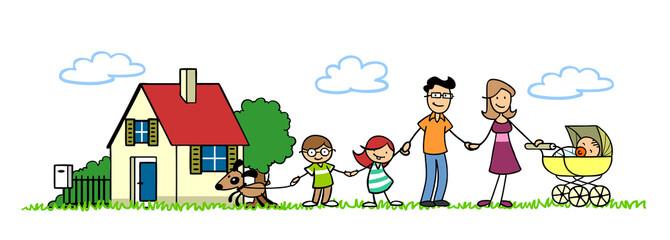 Glückliche Familie vor Haus mit Garten