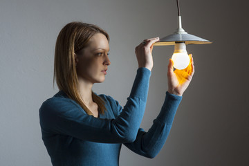 junge Frau mit einer Glühbirne