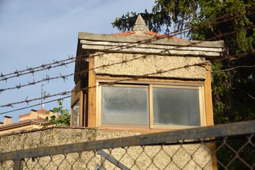 caseta de vigilancia en los muros de una carcel