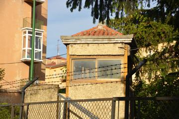 caseta de seguridad tras las alambradas de una prision