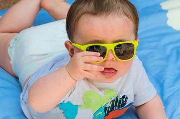 Baby mit Sonnenbrille