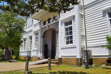 大宝館(山形県鶴岡市)/大宝館は大正天皇の即位を記念して大正4年(1915)に建てられた赤いドームと白壁が特徴の完成度の高い擬洋風建築です。開館当初は物産陳列場、戦後は市立図書館として利用されていました。現在は明治の文豪・高山樗牛や日本のダ・ヴィンチといわれた松森胤保、昭和期の日本の代表作家・横光利一など、鶴岡が生んだ先人たちの偉業を讃える資料を展示しています。