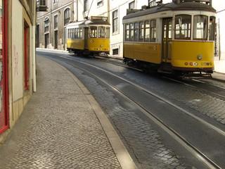 リスボン、路面電車が下りてくる坂道/ポルトガル
