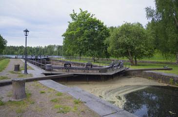 Старинный шлюз на Сайменском канале облачным летним утром. Финляндия