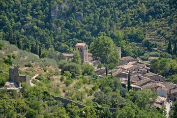 village de St Guilhem le désert depuis les ruines du géant