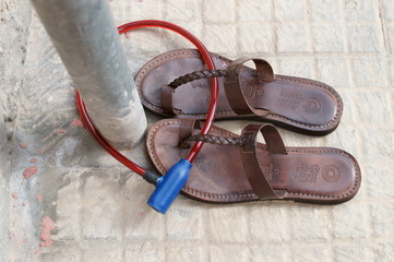 Sandali fissati al palo con catena di sicurezza