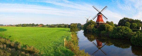 Foto auf Gartenposter Mühlen Zwillingswindmühlen von Greetsiel