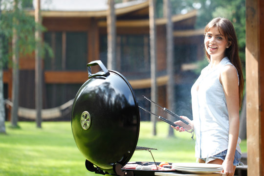 woman cooks on grill
