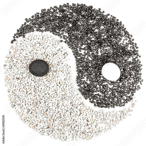 Symbole yin yang avec des cailloux sur fond blanc photo for Ou acheter des galets blancs