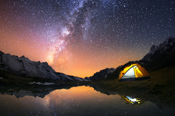 Fotorolgordijn Kamperen 5 Billion Star Hotel. Camping in the mountains under the starry night sky.