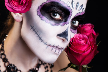 attraktive Frau mit Sugar Skull Make-Up