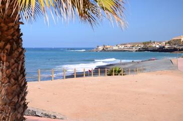 Piękna czarna piaszczysta plaża playa de la enramada w adeje na teneryfie