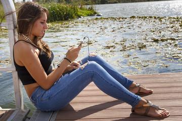 Hermosa chica escuchando msica con auriculares