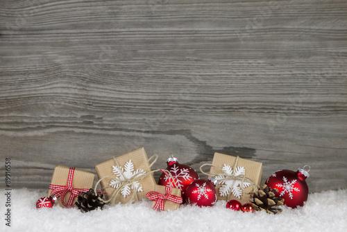 holz hintergrund grau mit geschenke in rot wei und grau. Black Bedroom Furniture Sets. Home Design Ideas