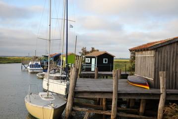 Voiliers à quai et cabanes de Mornac-sur-Seudre