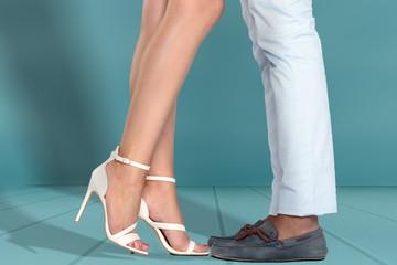 Beine eines jungen Paares mit High-Heels