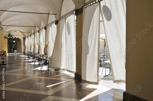 Portico cittadino con tende bianche immagini e for Tende bianche