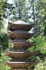 国宝 羽黒山五重塔/山形県鶴岡市羽黒町にある、国宝「羽黒山五重塔」を撮影した写真です。羽黒山五重塔は、羽黒山参道「一の坂」上り口の杉並木の中にあります。東北地方では最古の塔といわれ、平将門の創建と伝えられています。現在の塔は、約600年前に再建されたものといわれ、高さが29.0mの三間五層柿葺素木造で、昭和41年には国宝に指定されました。