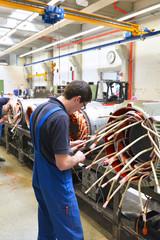 Industriearbeiter montiert Elektromotor in einer Fabrik für Maschinenbau //  Industrial workers mounted electric motor in a factory for mechanical engineering