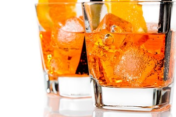 Fototapete - detail of two glasses of spritz aperitif aperol cocktail with orange slices and ice cubes