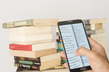 telefonda dijital kitap okuyor