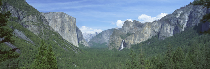 Fototapete - This is a view of Bridal Veil Falls, Half Dome and El Capitan. It is a view of the Yosemite valley.