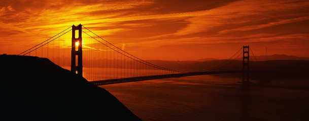 In de dag Rood traf. This is the Golden Gate Bridge in San Francisco at sunrise. The view is from the Marin Headlands.