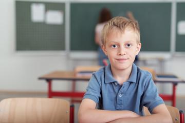 nachdenklicher kleiner junge in der schule